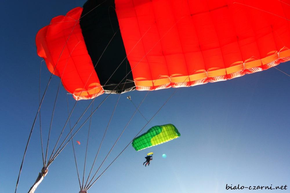 Ten ludzik z zielonym spadochronem to Adam :)